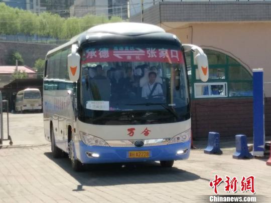 承德开往张家口的客运班车驶出汽车站 孙嘉良 摄-河北承张两地结束不高清图片