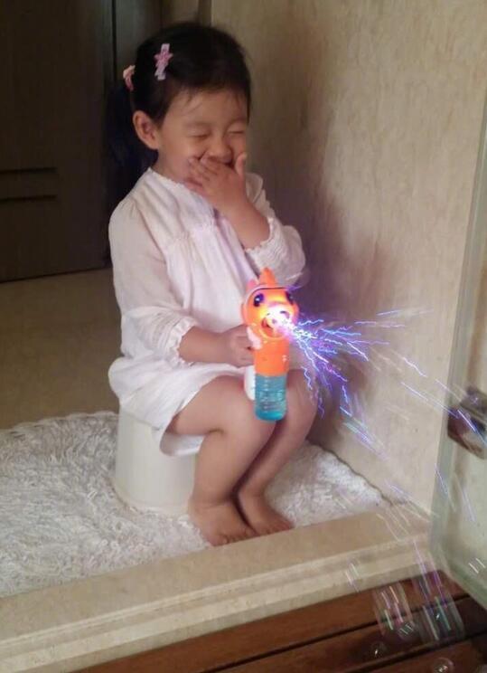 大S女儿坐在澡堂门口玩泡泡机 捂嘴娇笑萌翻了