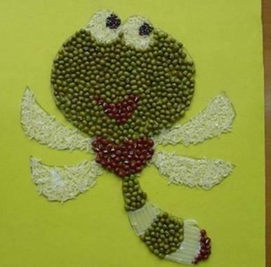 """""""   种子粘贴画   :于是各种豆子、米粒做的蜜蜂飞来了;"""