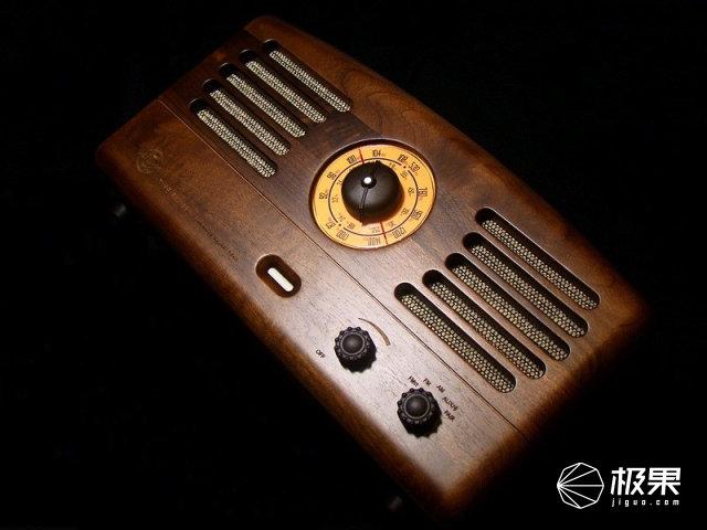 暗色壁纸动漫简单_猫王1古典式收音机原木外壳细节拍摄, 拍摄时选择了暗色背景,只为突出
