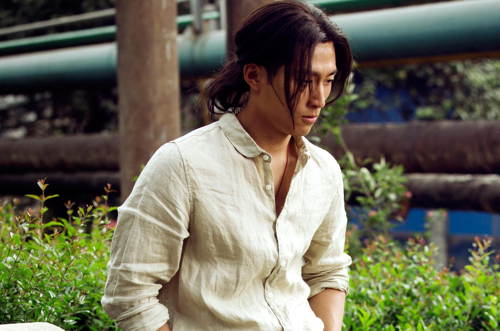 《六人晚餐》6月16日上映 窦骁长发造型首曝光