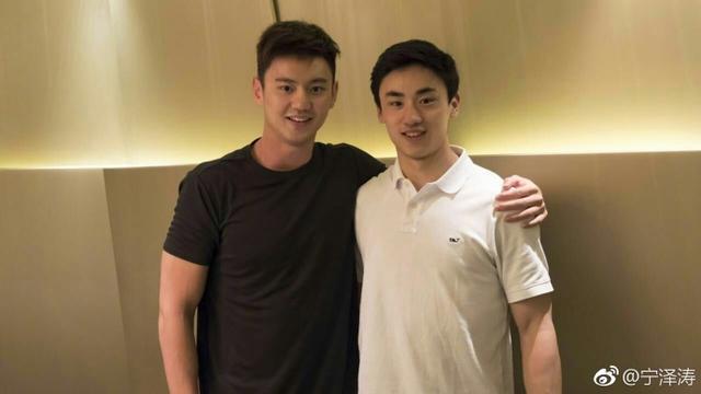 宁泽涛依旧阳光帅气:跨界学习冰球,游泳世锦赛要强势回归
