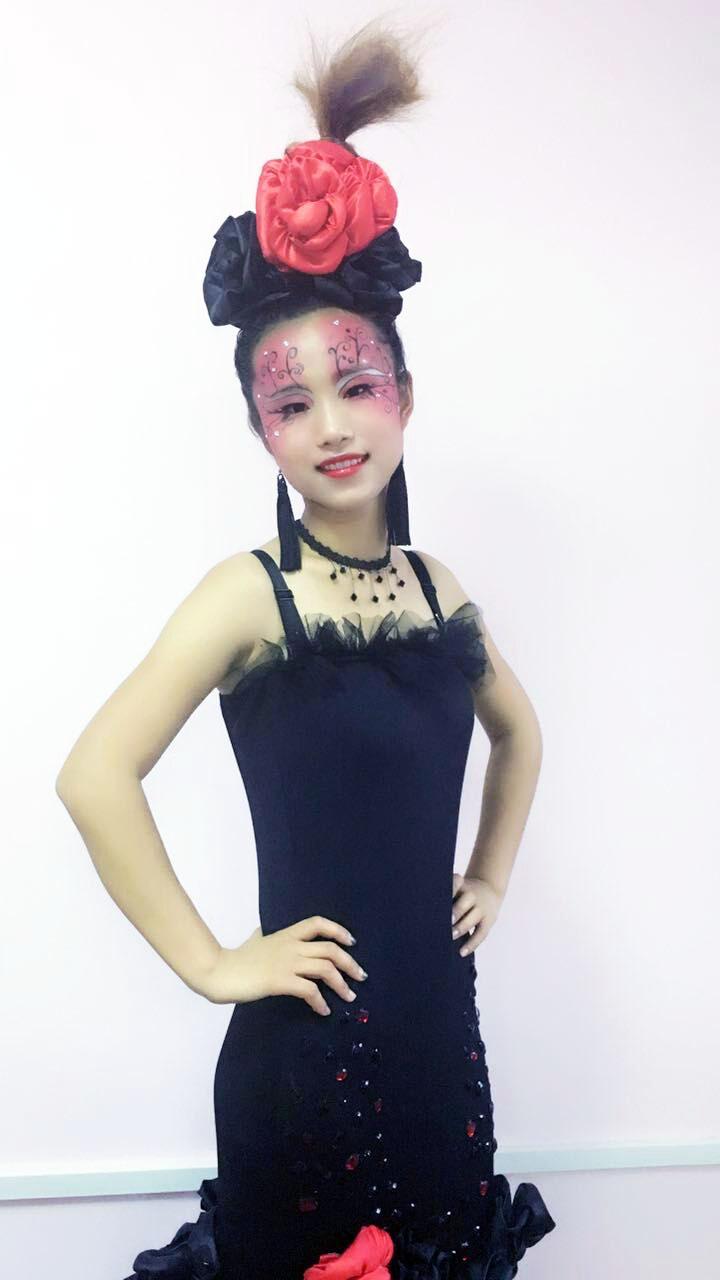 创意晚宴妆:红黑配色,突显出美艳图片