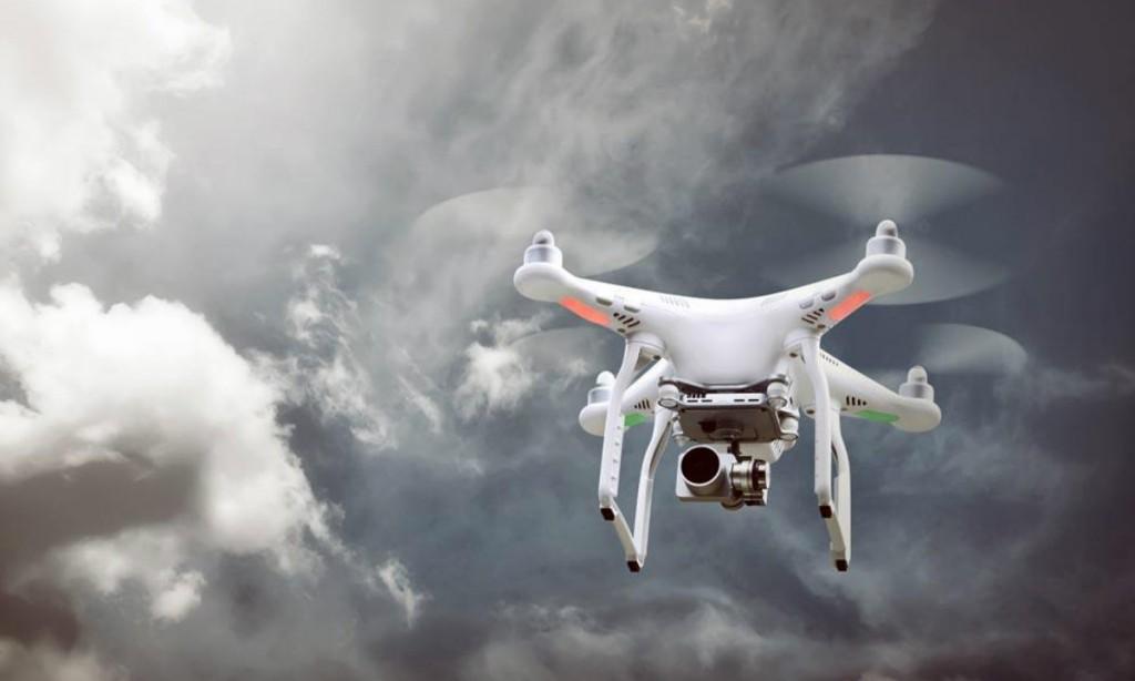 """18岁靠售大疆赚到第一辆特斯拉,如今带着自己的团队""""飞拍科技""""重回无人机"""