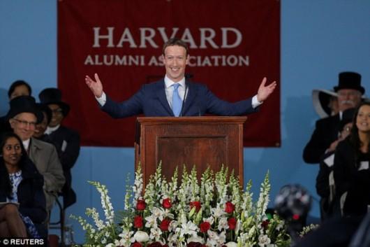 """扎克伯格辍学13年终""""毕业""""成哈佛最年轻毕业演讲嘉宾(组图)"""