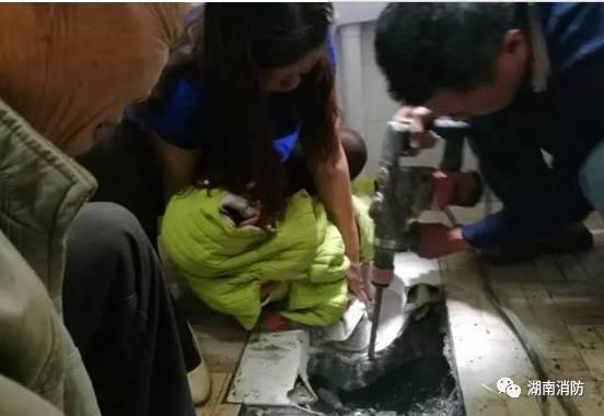 """郴州一名3岁小孩的脚被卡厕所  家长们还不了解这"""""""