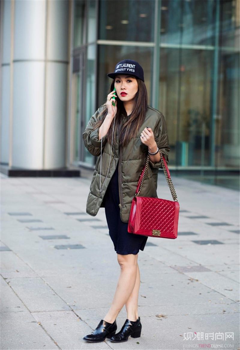 暗色壁纸动漫简单_整体的暗色系衣着搭配一款黑色棒球帽,帅气又酷炫.