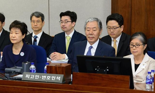 """朴槿惠首次公开受审 全盘否认18项指控图"""""""