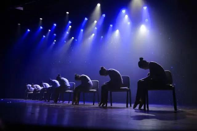 场舞春天里的故事_经管院诉说的是一场等待中的爱情, 是军嫂的爱情, 一排椅子置于舞台