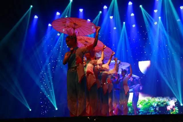 场舞春天里的故事_这场舞将观众带往古时的江南水乡, 尽显古韵柔美.