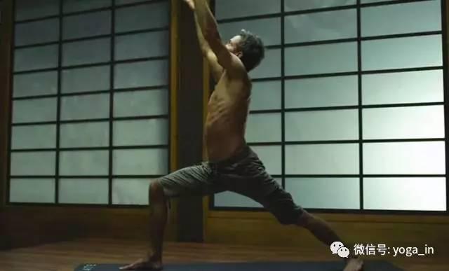 重心放于左腿和左臂之间