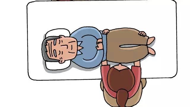 3,左手伸进老人肩下,右手手臂伸直,沿着床将左手拉至身前,从而移动上图片