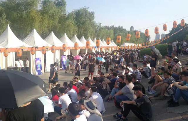 斗鱼在武汉办了场嘉年华 整个江滩被挤爆