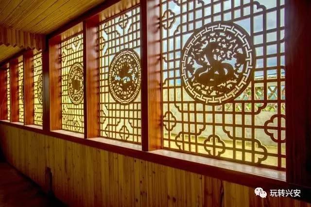 复古的外观造型、窗户雕花的设计 江村生态园农庄里还有一家装修别