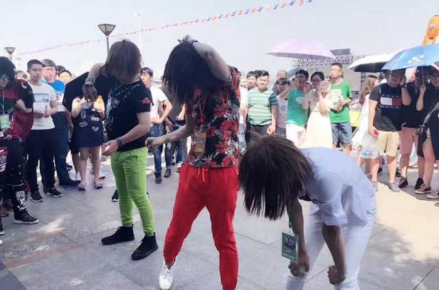 斗鱼在武汉办了场嘉年华 整个江滩被挤爆   移动互联  第5张