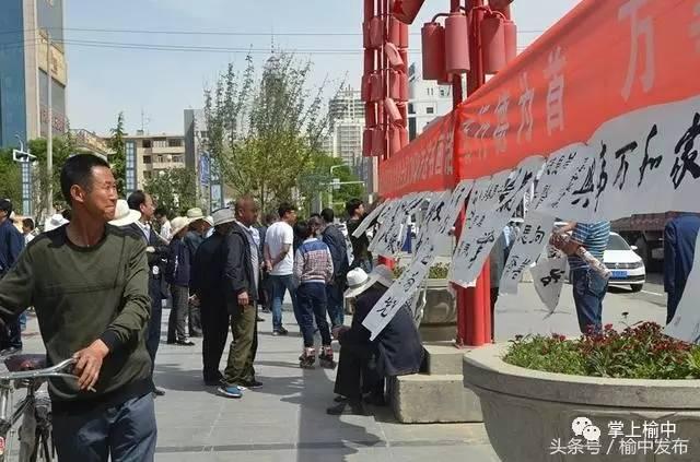 一幅幅书画作品引得市民驻足欣赏-榆中县开展 我们的节日 创建文明城