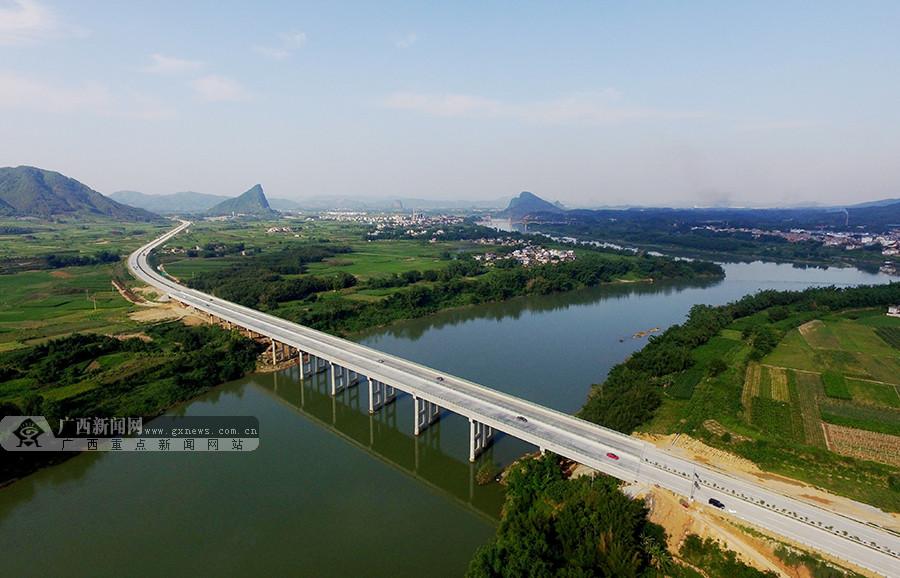 5月28日,航拍三柳高速公路柳城县段美景.广西新闻网通讯员 谭凯兴摄