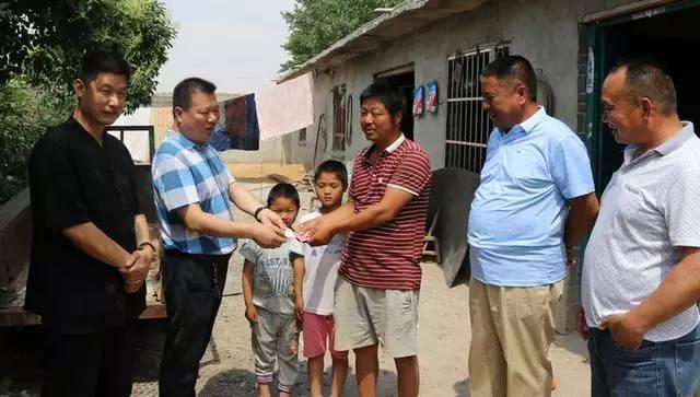 邓州爱心社会组织捐善款济贫困助力攻坚脱贫显真情