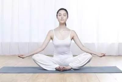 超简单一个瑜伽动作 丰胸又提气质(图)