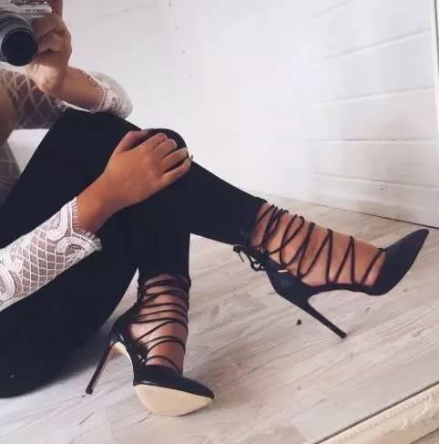 高跟鞋有了带子才能美得更迷人!