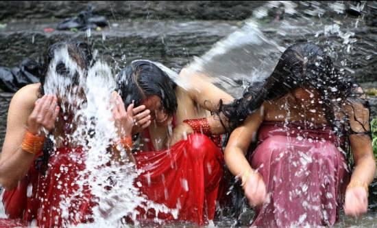 印度人给孩子洗澡就像洗衣服,看的牙都惊掉了图片