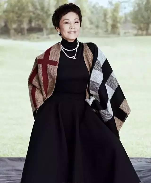 董卿邀请64岁张艾嘉上节目被美哭,等到颜值败给岁月,她才是中国最美的女人