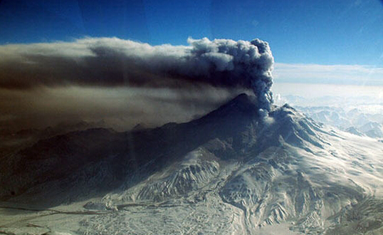 美国阿拉斯加火山爆发