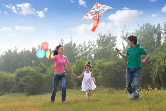 爸爸妈妈带着孩子一起放风筝,一家人其乐融融,孩子心里也开心.   图片