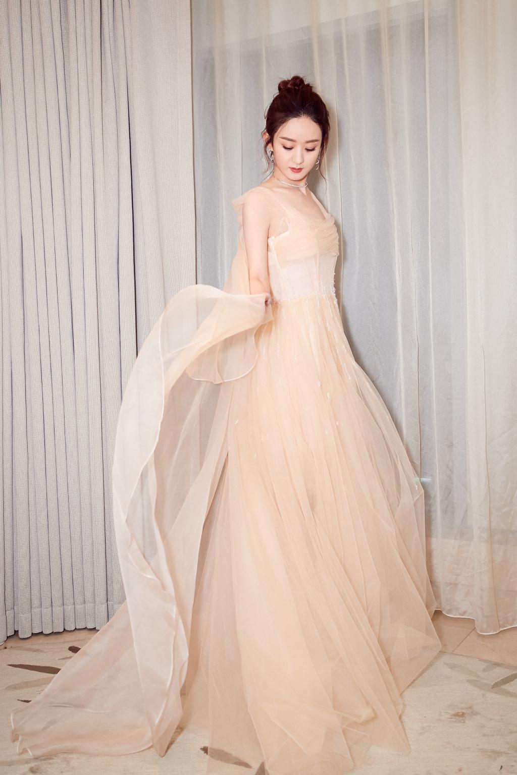 这种杏色长裙最不挑人 谢娜赵丽颖穿上谁加更仙气