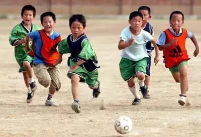 孩子,跟爸一起去踢球!