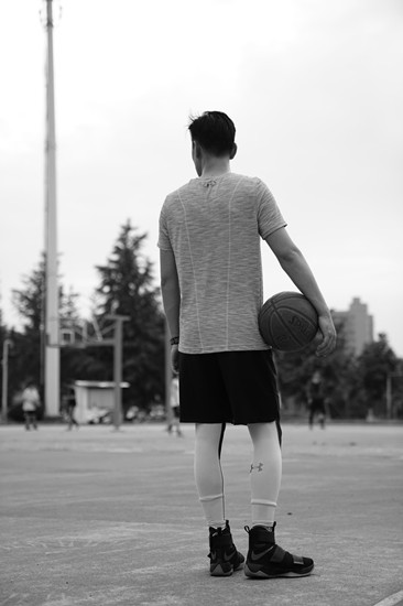 张桐顶烈日变篮球达人挥洒汗水似行走的荷尔蒙