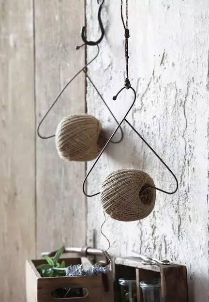 一扭   钉在墙上,一个简易的小书架就完成了   或者不经常在家   妈妈也