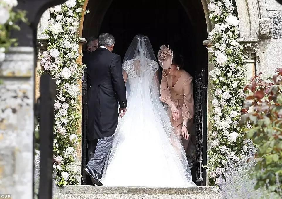 大女儿嫁王子,二女儿嫁亿万富豪,全靠这个当空姐的妈