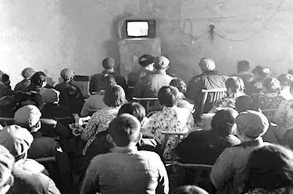 黑白电视机.80年代在农村,经济条件比较好的家庭才   能买得起电视
