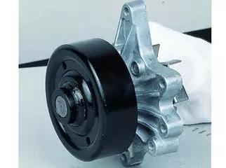 汽车发动机水泵检修六步图片