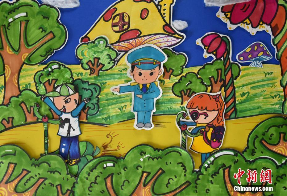 浙江孩童手绘警察爸妈形象 画笔勾勒纯真感情 组图