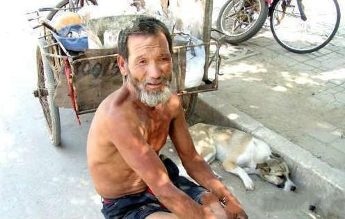 老人养了条狗,某天狗狗离开了老人,原因叫人愤怒