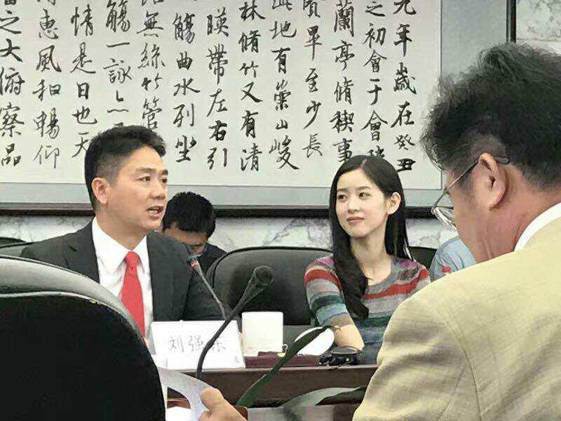 刘强东与奶茶妹妹亮相人大:向母校捐款3亿  科技资讯 第4张