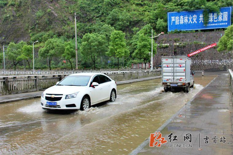 涉水而过_电力桥上,部分车辆涉水而过
