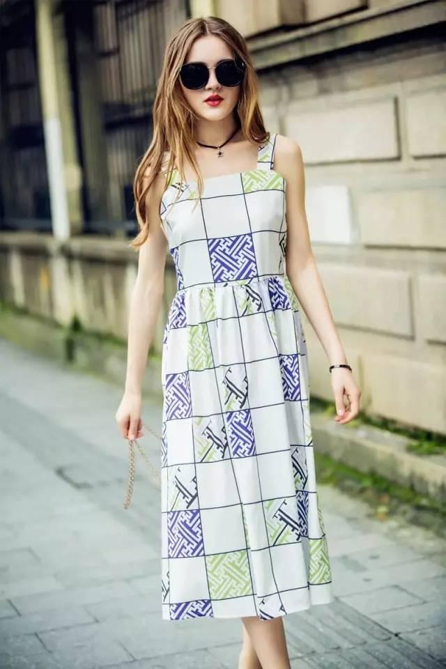 搭配一双同色的高跟凉鞋,绝对会显得腿超长哦~ 这条裙子真心是太赞了图片