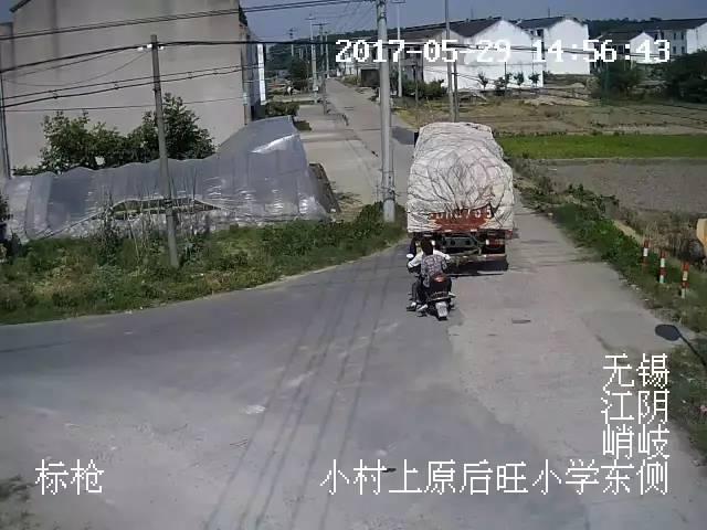 江苏一大货车突然倒退,监控视频录下恐怖10秒……