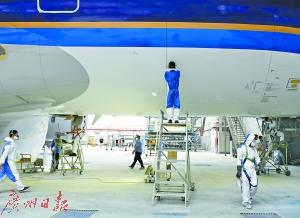 "<strong>中国首架A380飞机完成体检 ""巨无</strong>"