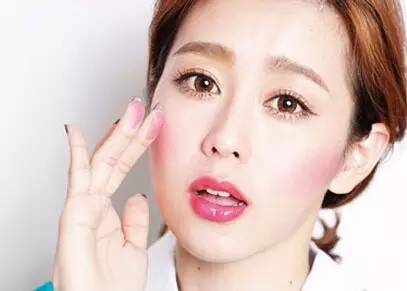 圆形脸的妹纸画腮红的时候可以这样:用手指蘸取腮红膏沿着颧骨下方