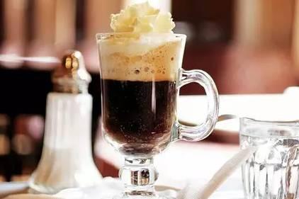 冰水冲咖啡_2,淡奶油加少量的糖隔冰水打六分发,装入裱花袋挤在咖啡上.