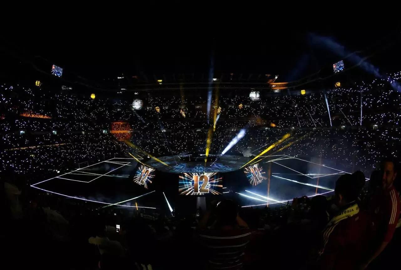 次日,皇马球迷令圣地亚哥·伯纳乌球场座无虚席,参加庆典,享受荣耀图片