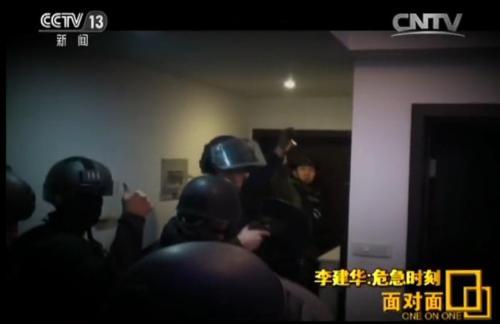 黑豹突击队:为救人质118免费图库 手指插入抛弹口阻嫌犯开枪