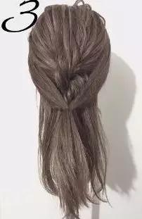step  :左右两边靠近发际线的位置各取一小束头发在脑后绑在一起.图片