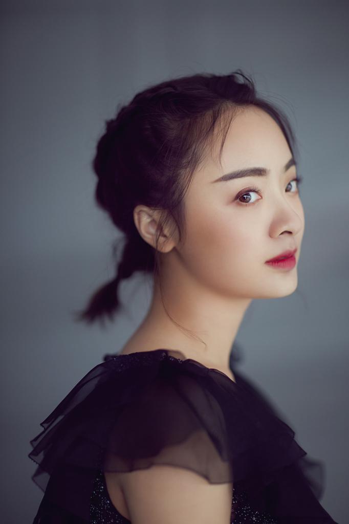 孙铱最新写真曝光 黑纱裙造型显古典文艺范儿图片
