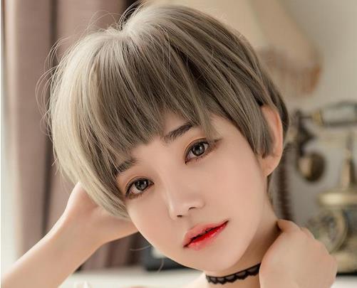 平刘海的发型会让人显得非常的清纯与可爱的,波波头显脸小又遮肉,脸大