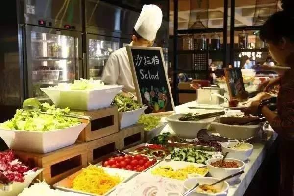 家星级酒店自助餐厅吃饭时也看到这种情况,在三文鱼摊位前前来取